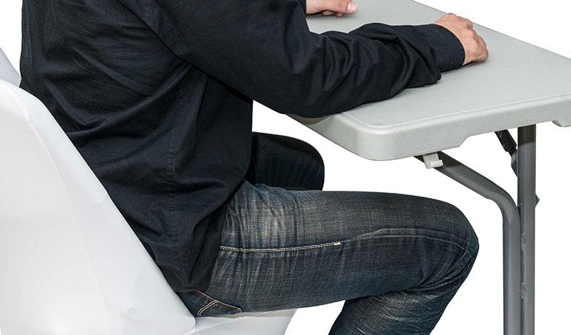 שולחן לבן מתקפל וכיסא לישיבה נוחה